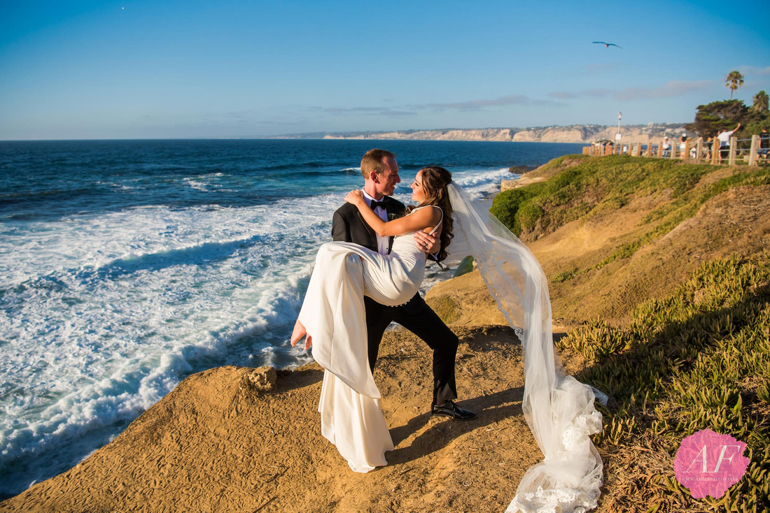 Portrait of modern, classic wedding at the historic, spanish-style La Valencia Hotel with breathtaking views of the ocean in La Jolla, San Diego, California